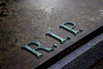 Plaque funéraire : à quoi sert-elle et comment faire son choix ?